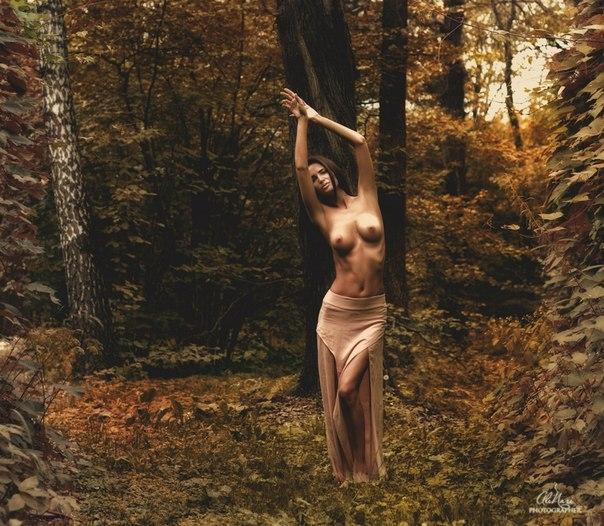 фото девушки ню в лесу