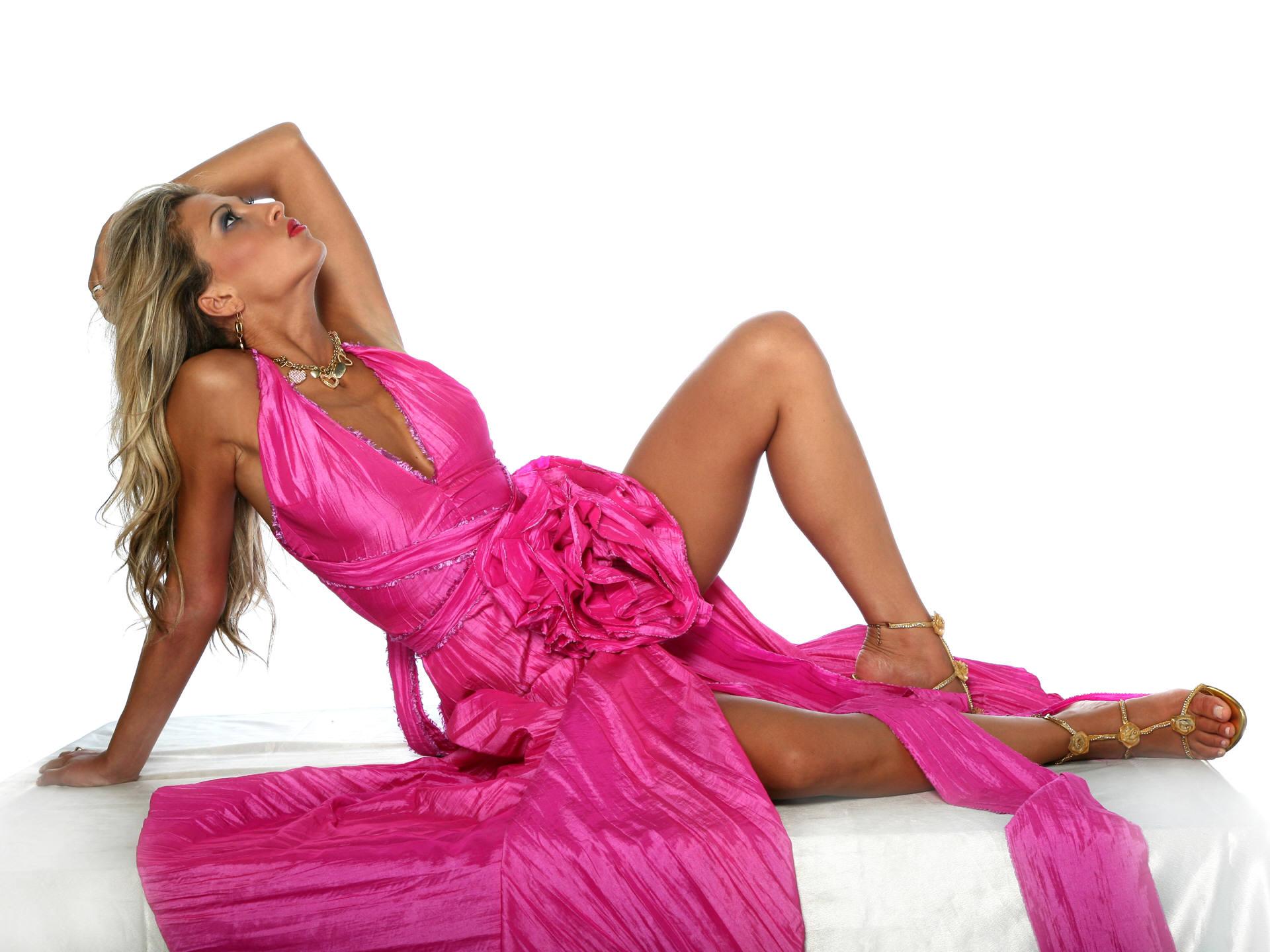 красивые девушки в розовом платье