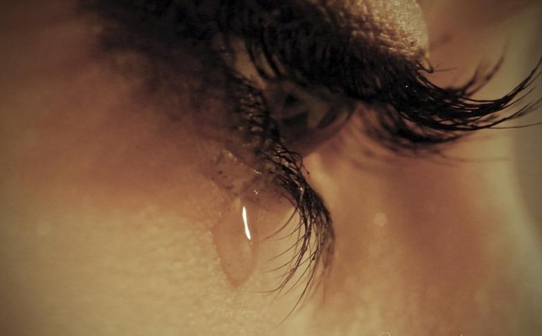 девушка со слезами отдалась